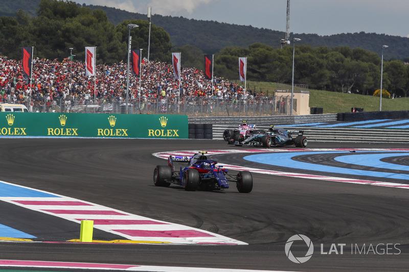 Pierre Gasly, Scuderia Toro Rosso STR13 y Valtteri Bottas, Mercedes-AMG F1 W09 con daños