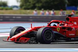 Sebastian Vettel, Ferrari SF71H, regresa a los boxes con un alerón delantero roto