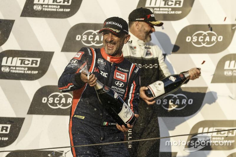 Podio: il vincitore della gara Gabriele Tarquini, BRC Racing Team Hyundai i30 N TCR, Yvan Muller, YMR Hyundai i30 N TCR
