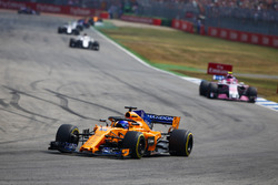Фернандо Алонсо, McLaren MCL33, и Эстебан Окон, Sahara Force India F1 VJM11