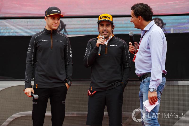 Stoffel Vandoorne, McLaren, y Fernando Alonso, McLaren, siendo entrevistados en el escenario
