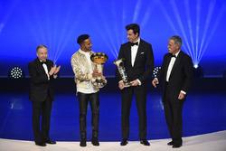 Lewis Hamilton con Toto Wolff, Jean Todt e Chase Carey