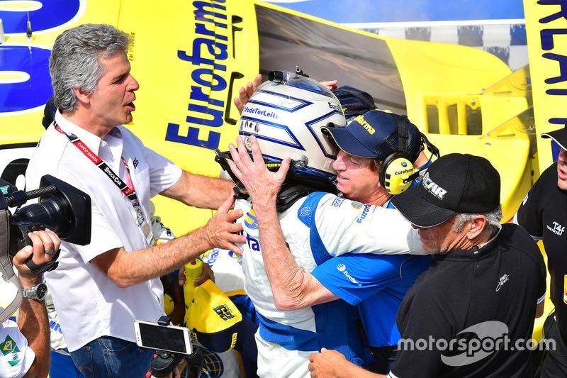 Tricampeão da categoria, Chico Serra comemorou com o filho e com Rosinei Campos.