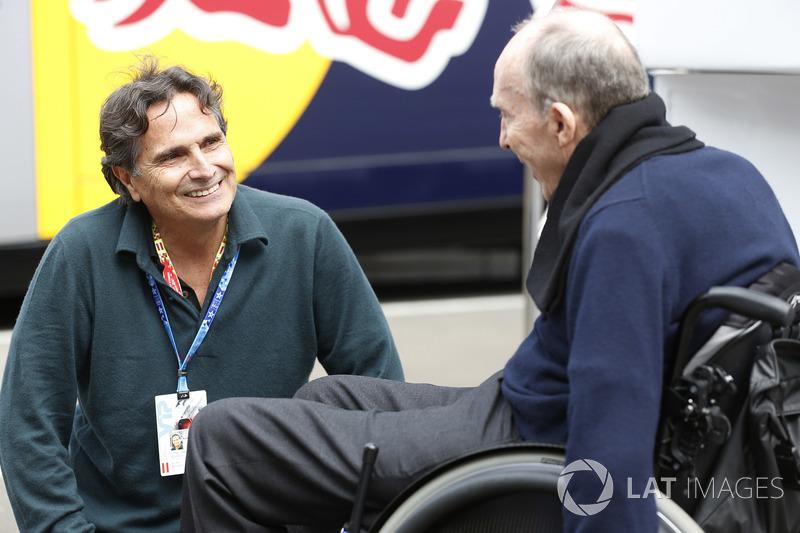 Sir Frank Williams, directeur d'équipe, Williams F1, discute avec Nelson Piquet