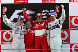 Podio: Kimi Raikkonen, McLaren, Jean Todt, Ferrari, Michael Schumacher, Ferrari y Robert Kubica, BMW Sauber F1
