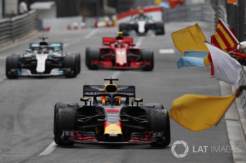 Daniel Ricciardo, Red Bull Racing RB14, Lewis Hamilton, Mercedes AMG F1 W09 and Kimi Raikkonen, Ferrari SF71H
