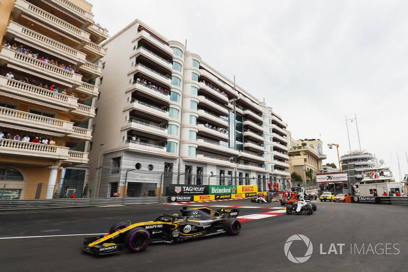 Nico Hulkenberg, Renault Sport F1 Team R.S. 18, leads Sergey Sirotkin, Williams FW41, Stoffel Vandoorne, McLaren MCL33, and the remainder of the field on the opening lap