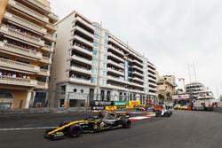 Nico Hulkenberg, Renault Sport F1 Team R.S. 18, precede Sergey Sirotkin, Williams FW41, Stoffel Vandoorne, McLaren MCL33, e il resto del gruppo nel giro di apertura