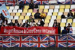 Des fans affichent leur soutien à Lewis Hamilton, Mercedes AMG F1
