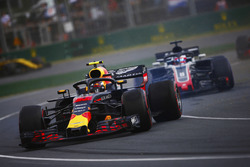 Max Verstappen, Red Bull Racing RB14 Tag Heuer, gira frente de  Romain Grosjean, Haas F1 Team VF-18 Ferrari