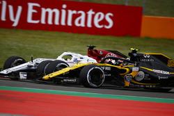 Carlos Sainz Jr., Renault Sport F1 Team R.S. 18, battles Marcus Ericsson, Sauber C37