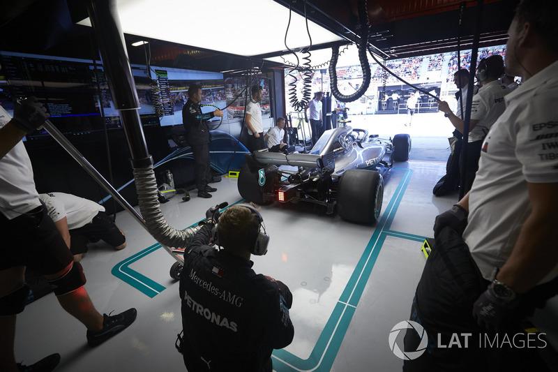 Valtteri Bottas, Mercedes AMG F1 W09, sale del garaje