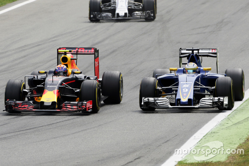 Max Verstappen, Red Bull Racing RB12 and Marcus Ericsson (SWE) Sauber C35 battle for position