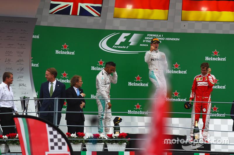 Podio: il vincitore Nico Rosberg, Mercedes AMG F1 W07 Hybrid
