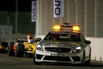 La safety car davanti a Fernando Alonso, Renault F1 Team R28