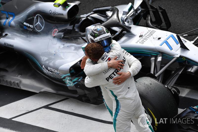 Le vainqueur Lewis Hamilton, Mercedes AMG F1 fête sa victoire avec Valtteri Bottas, Mercedes AMG F1 dans le Parc Fermé