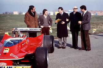 Ferrari-Präsentation für die Formel-1-Saison 1980: Mauro Forghieri, Gilles Villeneuve, Marco Piccinini, Enzo Ferrari, Jody Scheckter