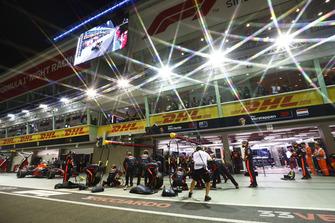 Max Verstappen, Red Bull Racing RB14, rientra per un pit stop