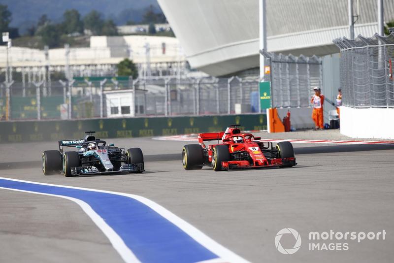 Pero Hamilton realizó un gran adelantamiento sobre Vettel en pista para ponerse segundo