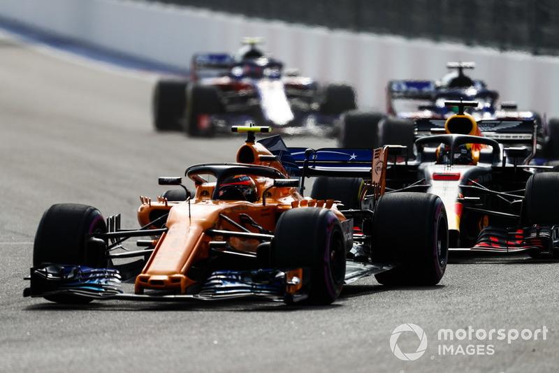 Stoffel Vandoorne, McLaren MCL33, lidera a Daniel Ricciardo, Red Bull Racing RB14