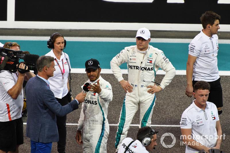 Ganador de la pole Lewis Hamilton, Mercedes AMG F1 con David Coulthard, Channel 4 F1