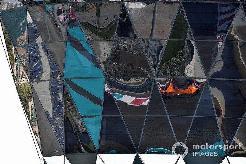 Le reflet de Carlos Sainz Jr., McLaren MCL33 dans la Shams Tower