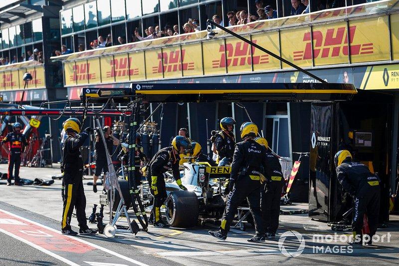 Daniel Ricciardo, Renault F1 Team R.S.19, al pit
