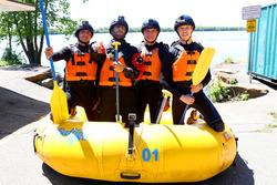 Сплав гонщиков Red Bull по реке: Даниэль Риккардо, Макс Ферстаппен, Даниил Квят и Карлос Сайнс-мл.
