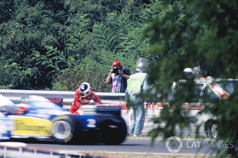Під час Гран Прі Угорщини 1995 року Такі Інуе був збитий на узбіччі траси машиною маршалів, коли намагався загасити полум'я на своєму Footwork.