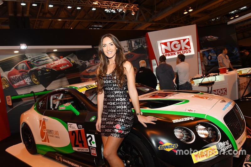 Una hermosa choca en el Bentley en el stand NGK