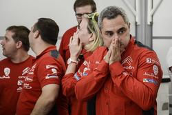 Les membres de Citroën World Rally Team réagissent à la sortie de route de Kris Meeke dans la Power Stage