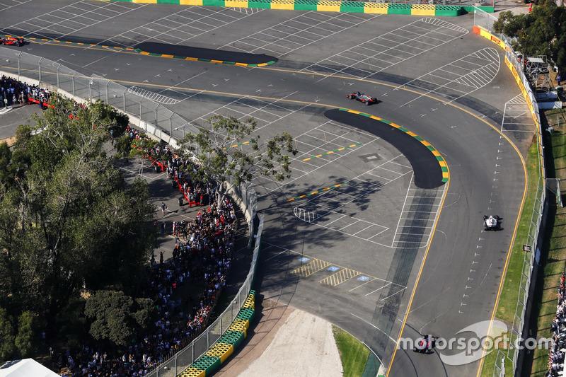Romain Grosjean, Haas F1 Team, VF-17; Felipe Massa, Williams, FW40; Daniil Kvyat, Scuderia Toro Rosso, STR12