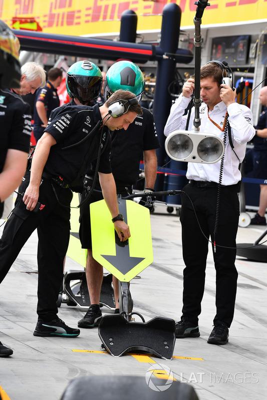 Mercedes AMG F1 W08 Mechanics practice pitstop