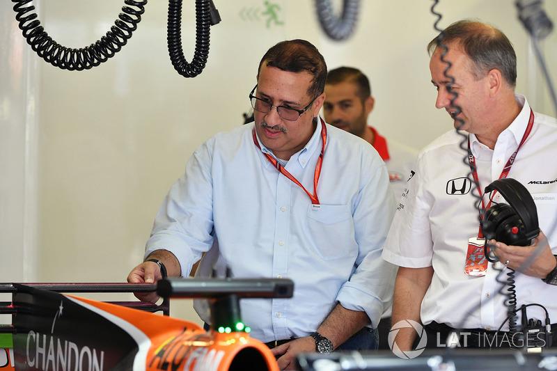Шейх Мухаммед ібн Есса Аль Халіфа, генеральний директор ради з економічного розвитку Бахрейну та акціонер McLaren, Джонатан Ніл, керуючий директор McLaren