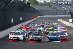 Джой Логано, Team Penske Ford, Кайл Буш, Joe Gibbs Racing Toyota и Бреннан Пул, Chip Ganassi Racing Chevrolet
