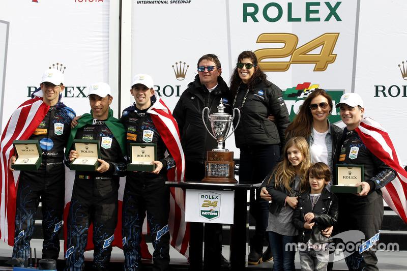 ganador #10 Wayne Taylor Racing Cadillac DPi: Ricky Taylor, Jordan Taylor, Max Angelelli, Jeff Gordon con su familia