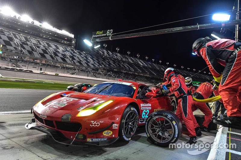 #62 Risi Competizione Ferrari 488 GTE: Toni Vilander, Giancarlo Fisichella, James Calado, pit action