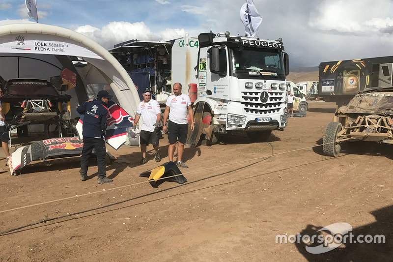 El dañado #304 Peugeot Sport Peugeot 3008 DKR: Carlos Sainz, Lucas Cruz
