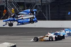 Scott Dixon, Chip Ganassi Racing Honda, Jay Howard, Schmidt Peterson Motorsports Honda involved in a huge crash, Helio Castroneves, Team Penske Chevrolet passes