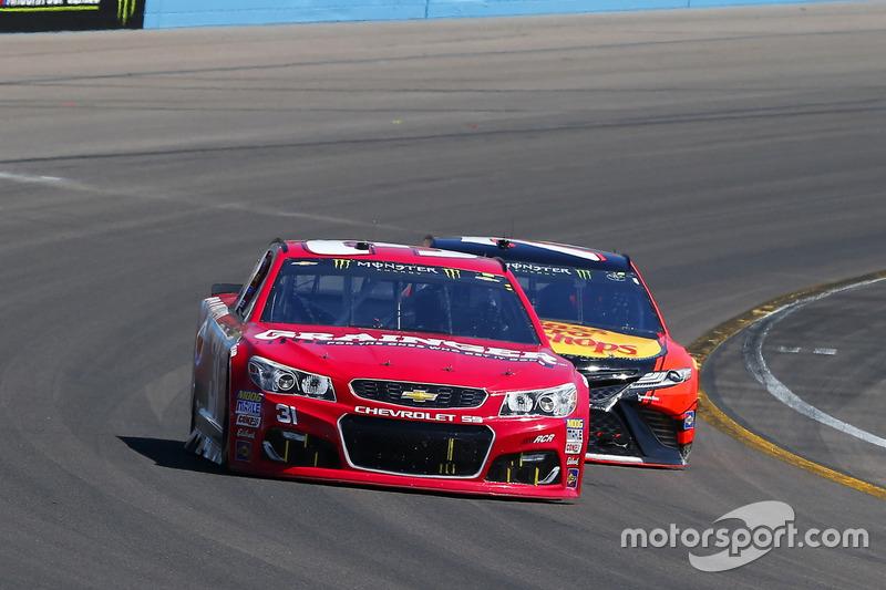 Ryan Newman, Richard Childress Racing Chevrolet y Martin Truex Jr., Furniture Row Racing Toyota