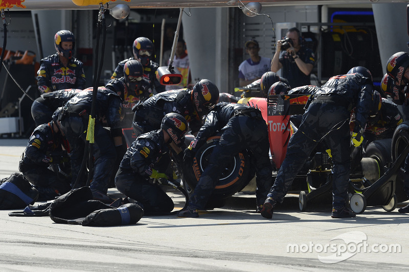 Max Verstappen, Red Bull Racing RB12 , pit action