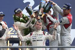 I vincitori della gara #2 Porsche Team Porsche 919 Hybrid: Romain Dumas, Neel Jani, Marc Lieb