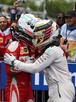 Winnaar Lewis Hamilton, Mercedes AMG F1 viert in parc ferme met Sebastian Vettel, Ferrari