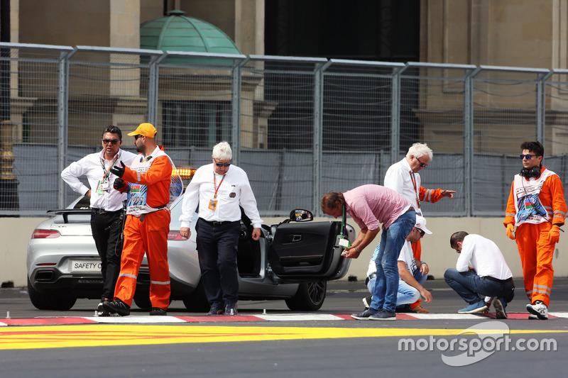 Чарлі Уайтінг, делегат FIA, та Хербі Блаш, делагет FIA, оглядають трасу після відкладеної GP2  кваліфікації