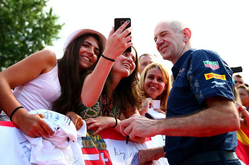 Едріан Ньюі, технічний директор Red Bull Racing з уболівальниками