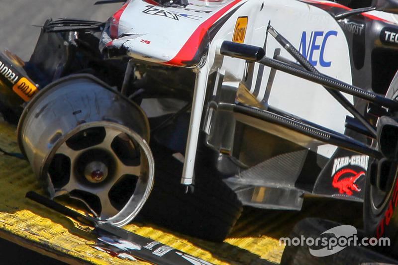 car of Sergio Perez, Sauber F1 Team setelah his kecelakaan