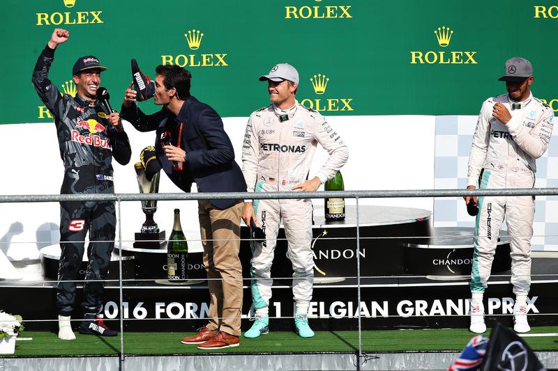 Марк Уэббер на подиуме пьет шампанское из ботинка Даниэля Риккардо, Red Bull Racing
