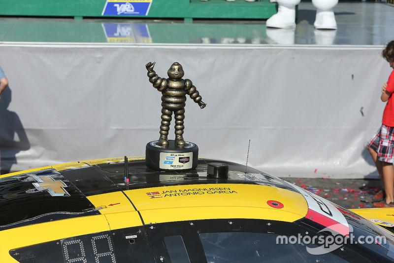 Race winners Antonio Garcia, Jan Magnussen, Corvette Racing with the first place trophy