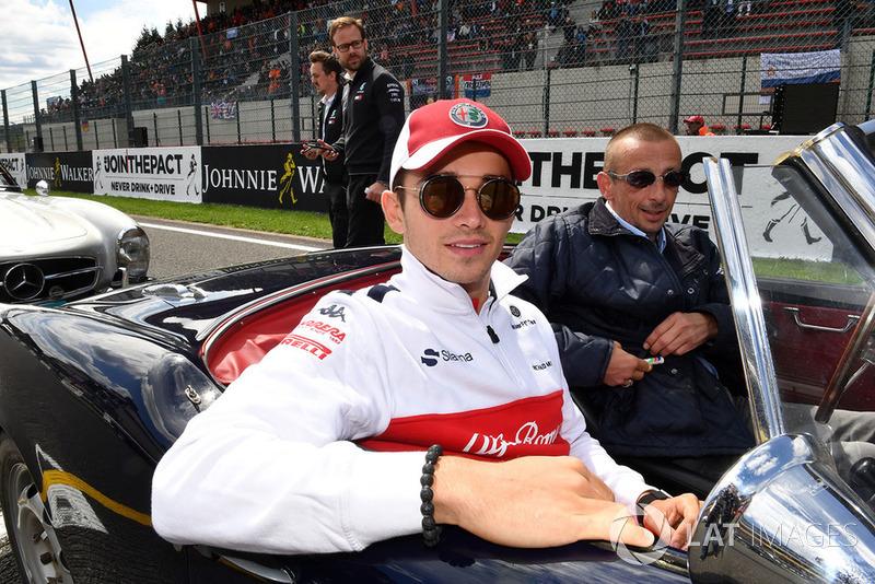 """Charles Leclerc: """"Eu estava tentando manter minha curva, mas, infelizmente, Fernando foi forçado por Hulkenberg atrás e me atingiu. Basicamente, a corrida acabou ali o que é uma pena. Mas acontece, corridas são assim. Vamos nos recuperar, tomara, em Monza."""""""