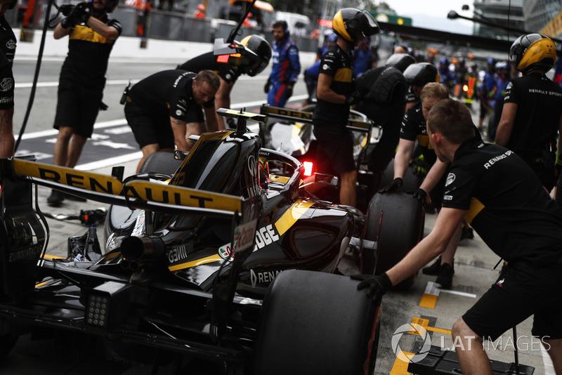 Carlos Sainz Jr., Renault Sport F1 Team RS 18, pits